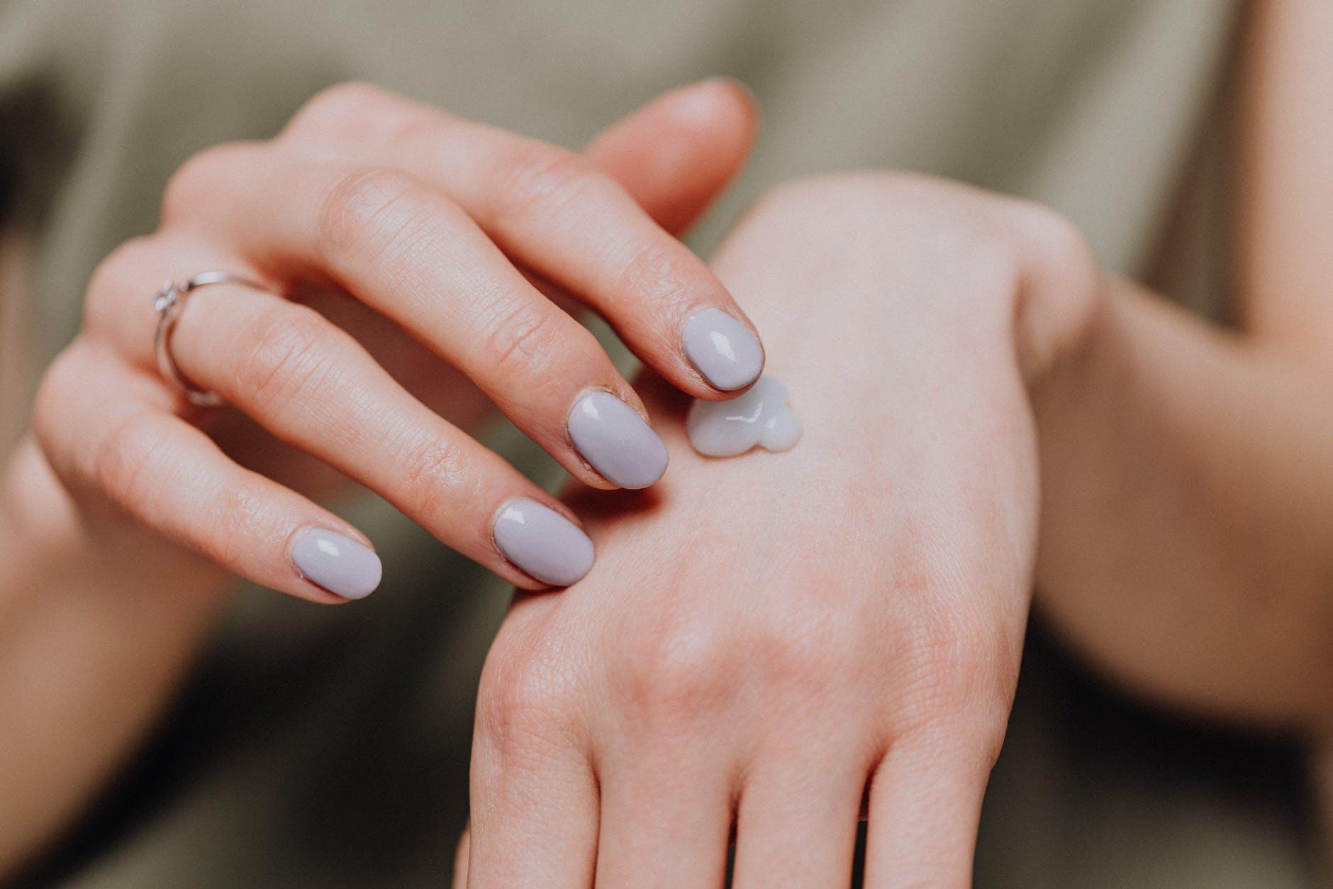 Pielęgnacja dłoni jesienią i zimą. Jak wykorzystać świerk i borowinę?